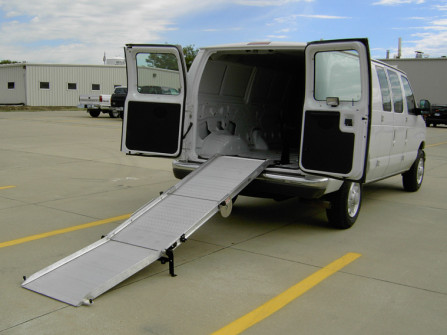 Retractable rear ramp for van